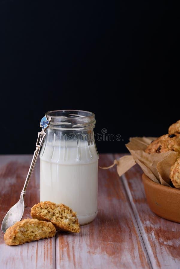 Ορεκτικά και νόστιμα oatmeal μπισκότα με τις σταφίδες και γάλα στο α στοκ φωτογραφία με δικαίωμα ελεύθερης χρήσης