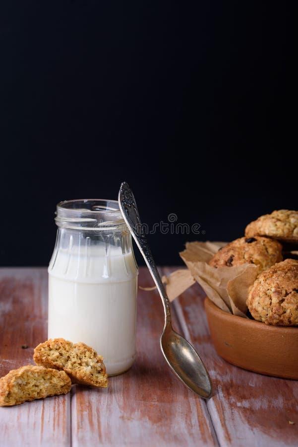 Ορεκτικά και νόστιμα oatmeal μπισκότα με τις σταφίδες και γάλα στο α στοκ εικόνα με δικαίωμα ελεύθερης χρήσης