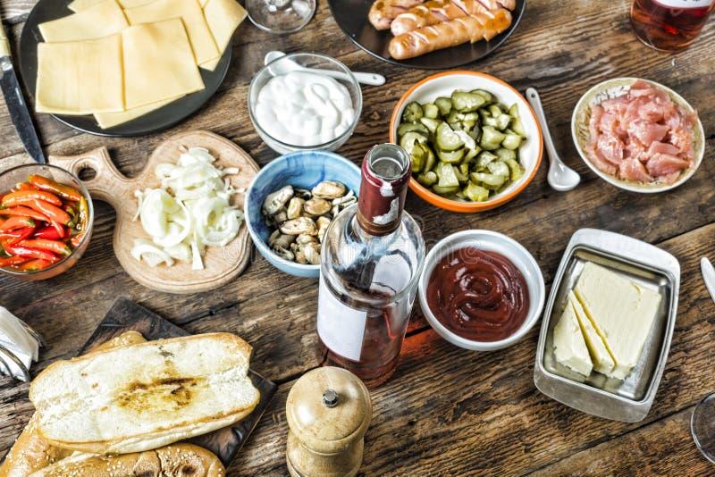 Ορεκτικά, κρασί, μύδια, σολομός, πίνακας γευμάτων, τυρί, τρόφιμα, ιταλικά, που τρώνε έξω στοκ εικόνες με δικαίωμα ελεύθερης χρήσης