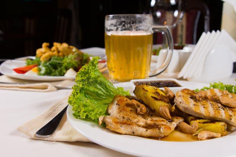Ορεκτικές πιάτα και κούπα μπύρας στον πίνακα στοκ φωτογραφία με δικαίωμα ελεύθερης χρήσης