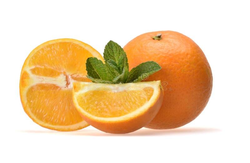 Ορεκτική σύνθεση των τεμαχισμένων juicy πορτοκαλιών και των κλαδάκι πράσινο peppermint στοκ εικόνες