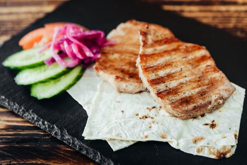 Ορεκτικό και εύγευστο ψημένο στη σχάρα πιάτο κρέατος στοκ εικόνες
