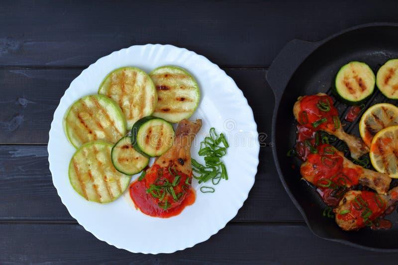 Ορεκτικό τηγανισμένο ψημένο στη σχάρα κοτόπουλο σε ένα άσπρο πιάτο στοκ εικόνες με δικαίωμα ελεύθερης χρήσης