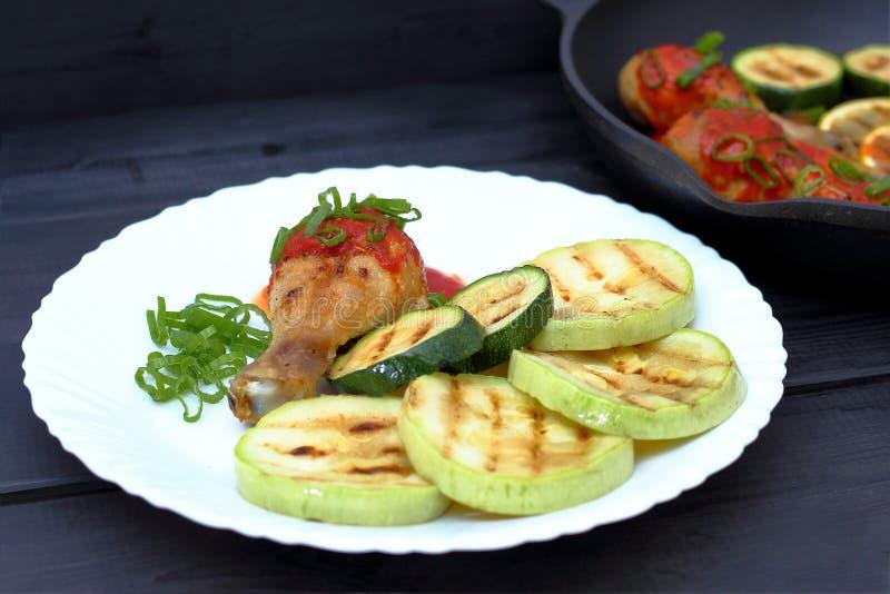 Ορεκτικό τηγανισμένο ψημένο στη σχάρα κοτόπουλο σε ένα άσπρο πιάτο στοκ φωτογραφίες