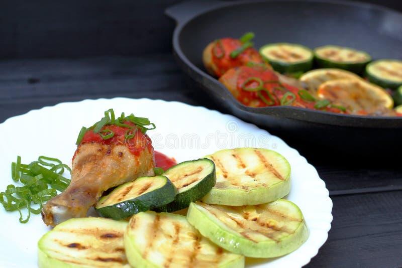 Ορεκτικό τηγανισμένο ψημένο στη σχάρα κοτόπουλο σε ένα άσπρο πιάτο στοκ φωτογραφίες με δικαίωμα ελεύθερης χρήσης