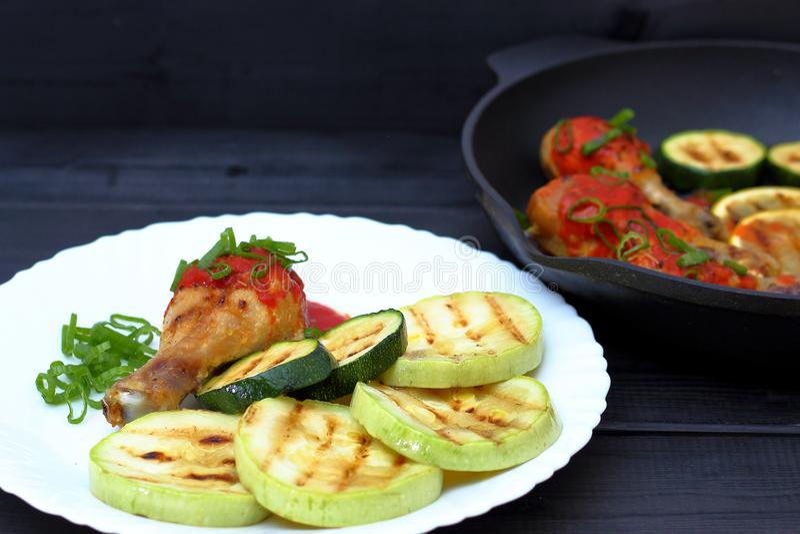 Ορεκτικό τηγανισμένο ψημένο στη σχάρα κοτόπουλο σε ένα άσπρο πιάτο στοκ εικόνα
