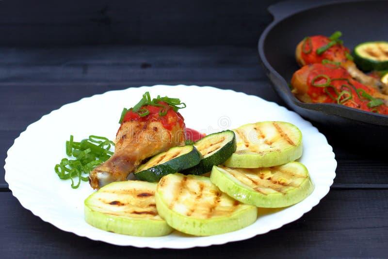 Ορεκτικό τηγανισμένο ψημένο στη σχάρα κοτόπουλο σε ένα άσπρο πιάτο στοκ φωτογραφία
