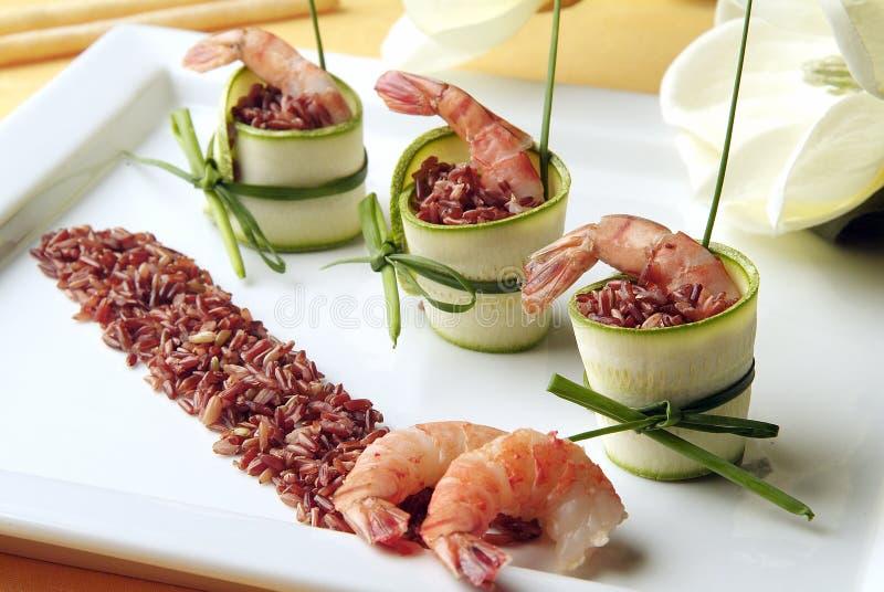 Ορεκτικό του κόκκινου ρυζιού με τις γαρίδες και τα κολοκύθια στοκ εικόνα