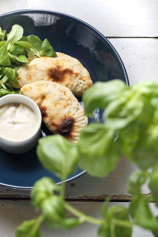Ορεκτικό Τραγανό γεμισμένο calzone με τη σάλτσα γιαουρτιού σκόρδου στοκ εικόνα με δικαίωμα ελεύθερης χρήσης