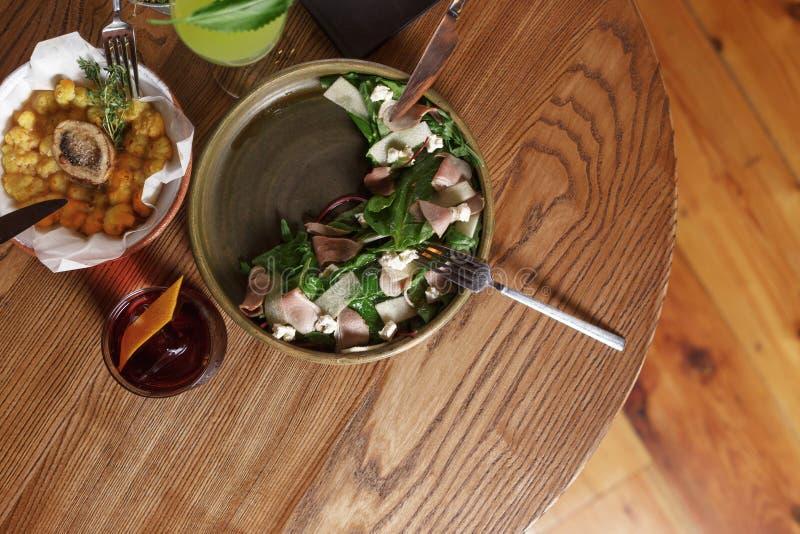 Ορεκτικό stew της πάπιας με τα πράσινα Υπηρεσία εστιατορίων σε έναν ξύλινο πίνακα στοκ εικόνα με δικαίωμα ελεύθερης χρήσης