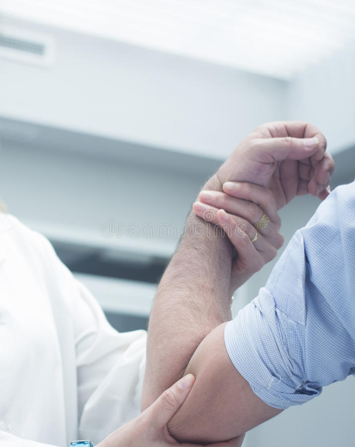 Ορθοπεδικός γιατρός χειρούργων Traumatologist που εξετάζει τον ασθενή στοκ φωτογραφία με δικαίωμα ελεύθερης χρήσης