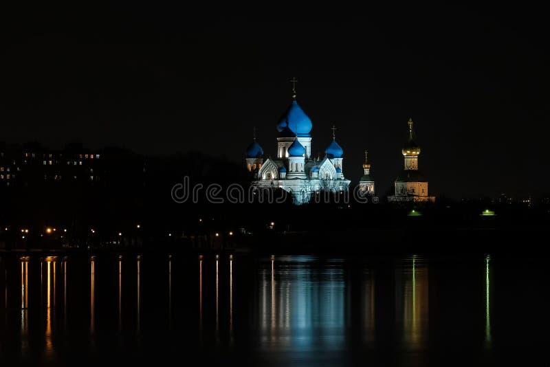 Ορθόδοξη Εκκλησία στις όχθεις του ποταμού στοκ εικόνες με δικαίωμα ελεύθερης χρήσης