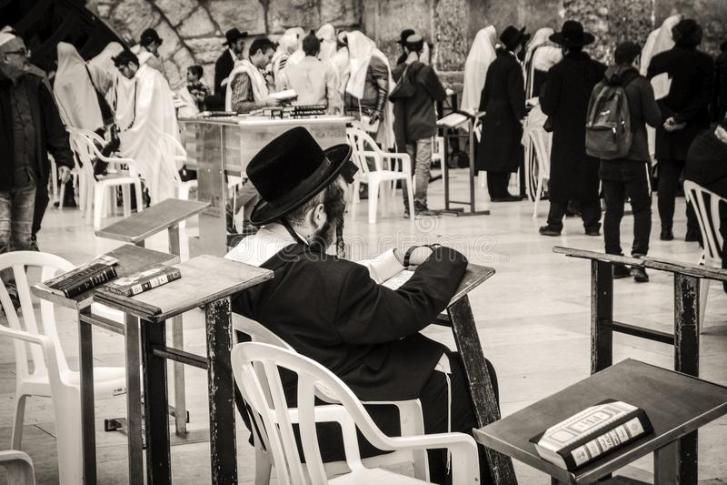 Ορθόδοξοι Εβραίοι στο δυτικό τοίχο στην Ιερουσαλήμ στοκ εικόνα