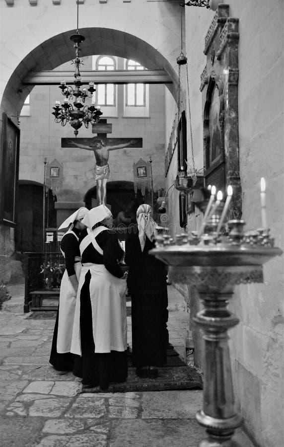 Ορθόδοξοι προσκυνητές που κρατούν τη διαγώνια επίσκεψη του Ιησού Χριστού η Ιερή Πόλη της Ιερουσαλήμ κατά τη διάρκεια των Χριστουγ στοκ φωτογραφίες