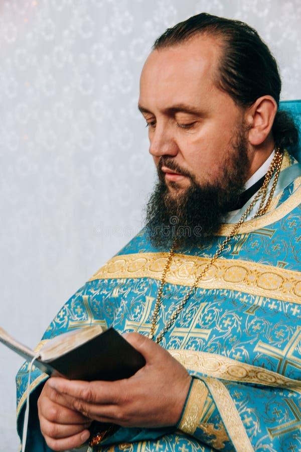 Ορθόδοξος ιερέας με τη Βίβλο στοκ φωτογραφίες