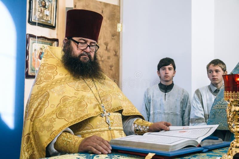 Ορθόδοξος ιερέας στο βωμό στοκ φωτογραφίες με δικαίωμα ελεύθερης χρήσης