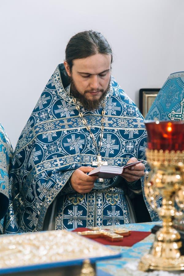 Ορθόδοξος ιερέας στο βωμό στοκ φωτογραφία με δικαίωμα ελεύθερης χρήσης