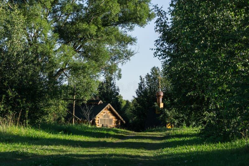 Ορθόδοξο παρεκκλησι στο δάσος στοκ εικόνες