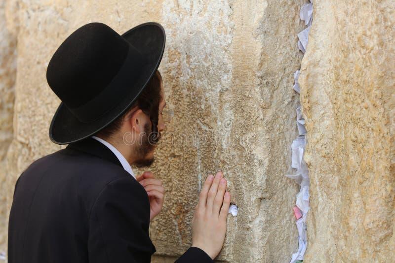 Ορθόδοξο εβραϊκό άτομο στο δυτικό τοίχο στην Ιερουσαλήμ στοκ φωτογραφία με δικαίωμα ελεύθερης χρήσης
