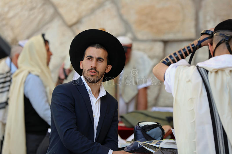 Ορθόδοξο εβραϊκό άτομο στο δυτικό τοίχο στην Ιερουσαλήμ στοκ φωτογραφία