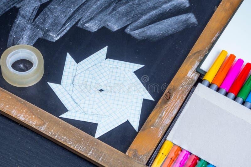 Οριγκάμι από χαρτί χειροποίητο στο φόντο του πίνακα με μαρκαδόρους από πίλημα στοκ εικόνες με δικαίωμα ελεύθερης χρήσης