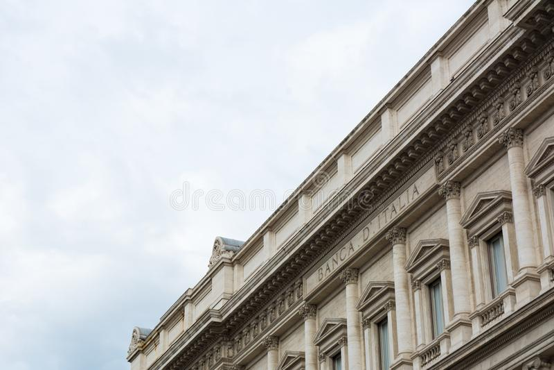 Οριζόντια άποψη στενού επάνω του παλατιού Τράπεζας της Ιταλίας στο σύννεφο στοκ εικόνες