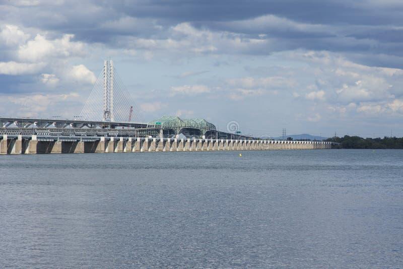 Οριζόντια άποψη των δύο γεφυρών Samuel-de-Champlain πέρα από τον ποταμό του ST Lawrence στοκ εικόνες