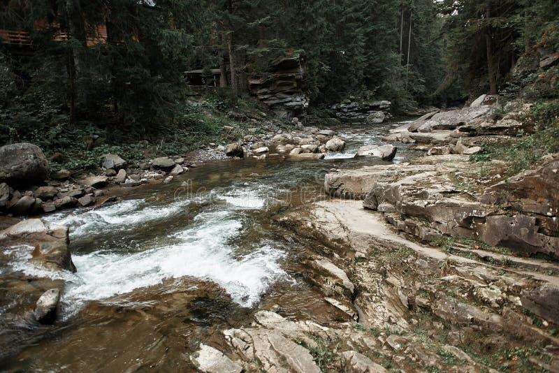 Οριζόντια εικόνα του ρεύματος βουνών που διατρέχει των πετρών στοκ φωτογραφία