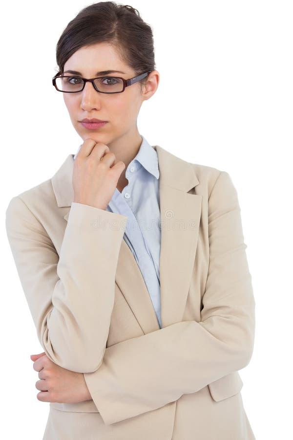 Οριζόντια διευθυνμένη επιχειρηματίας που φορά τα γυαλιά στοκ εικόνες