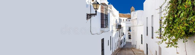 Οριζόντια καλλιεργημένη στενή οδός εικόνας του ισπανικού γραφικού χωριού Λα Frontera Vejer de στοκ φωτογραφία