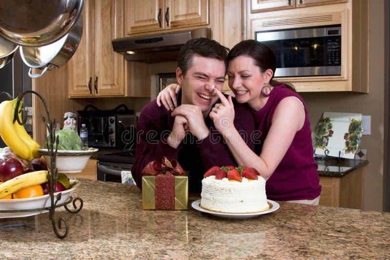 οριζόντια κουζίνα ζευγών εύθυμη στοκ φωτογραφίες