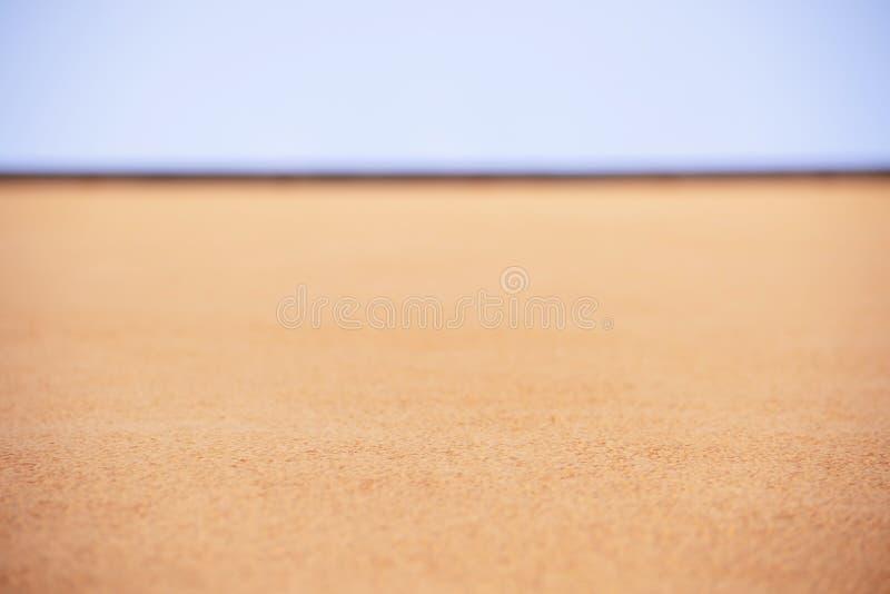 Οριζόντια σύσταση των πορτοκαλιών μικρών πετρών και της τοπ άποψης μπλε ουρανού στοκ φωτογραφίες