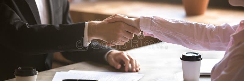 Οριζόντια χέρια κινηματογραφήσεων σε πρώτο πλάνο φωτογραφιών των χεριών τινάγματος επιχειρηματιών και επιχειρηματιών στοκ φωτογραφία με δικαίωμα ελεύθερης χρήσης