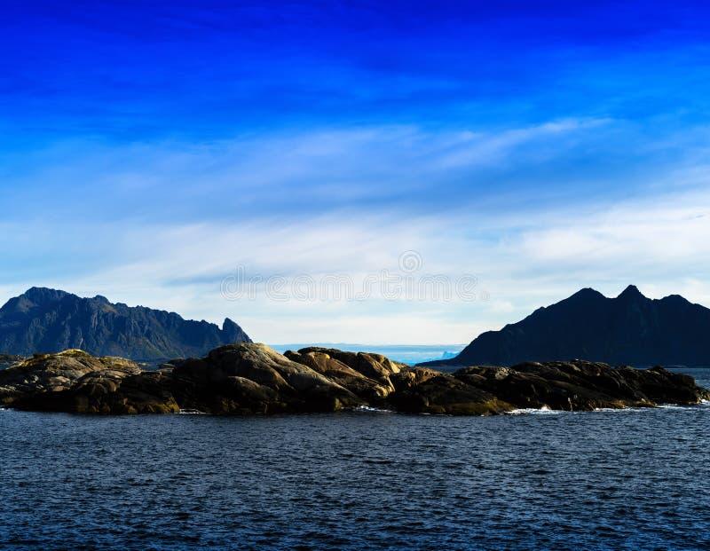 Οριζόντιος ζωηρός ωκεάνιος ορίζοντας πανδοχείων βουνών φιορδ της Νορβηγίας landsc στοκ φωτογραφία με δικαίωμα ελεύθερης χρήσης
