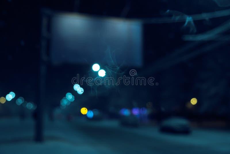 Οριζόντιος κενός καμμένος πίνακας διαφημίσεων στην οδό πόλεων νύχτας Στο δρόμο υποβάθρου με τα αυτοκίνητα Χλεύη επάνω στοκ φωτογραφία με δικαίωμα ελεύθερης χρήσης