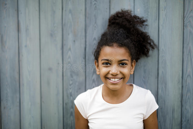 Οριζόντιος πυροβολισμός του ευτυχούς χαριτωμένου κοριτσιού στοκ φωτογραφίες