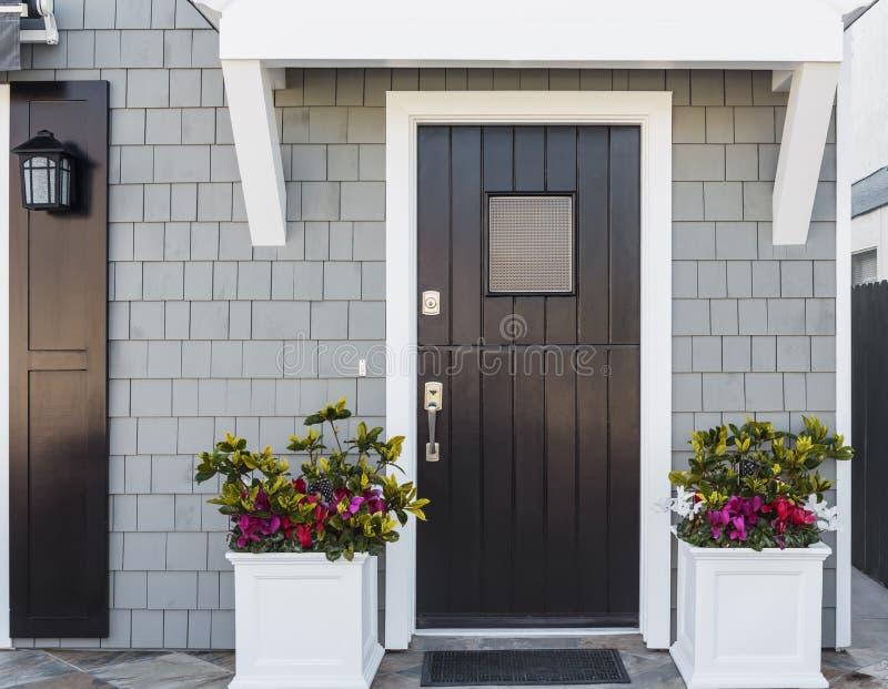 Οριζόντιος της μαύρης μπροστινής πόρτας στη οικογενειακή κατοικία στοκ φωτογραφίες
