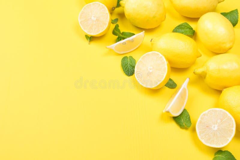 Οριζόντιο κίτρινο υπόβαθρο, με τα φρούτα και τη μέντα, λεμόνι στοκ φωτογραφίες