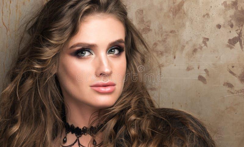 Οριζόντιο πορτρέτο κινηματογραφήσεων σε πρώτο πλάνο μιας όμορφης νέας γυναίκας Μακροχρόνια κυματιστή τρίχα και επαγγελματικό make στοκ εικόνα με δικαίωμα ελεύθερης χρήσης
