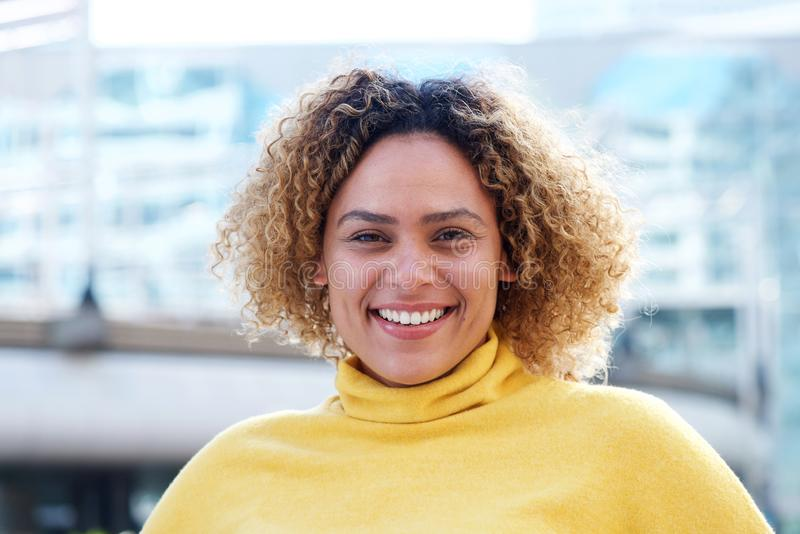 Οριζόντιο πορτρέτο του όμορφου χαμόγελου γυναικών αφροαμερικάνων στη στοκ εικόνες