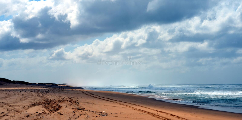 Οριζόντιο τοπίο της παραλίας με τη διαδρομή ελαστικών αυτοκινήτου στοκ φωτογραφία με δικαίωμα ελεύθερης χρήσης