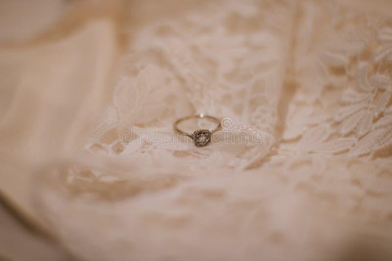 Ορισμένο δαχτυλίδι αρραβώνων στοκ φωτογραφία με δικαίωμα ελεύθερης χρήσης