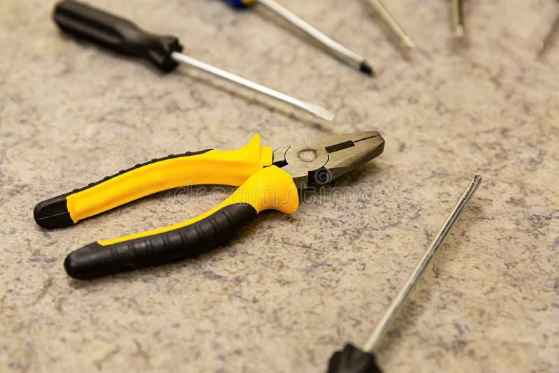 Ορισμός της εστίασης του κατσαβιδιού από κυκλικά εργαλεία με λαβές στα εργαλεία του χεριού στο προσκήνιο, για επιδιορθώσεις της β στοκ φωτογραφίες με δικαίωμα ελεύθερης χρήσης