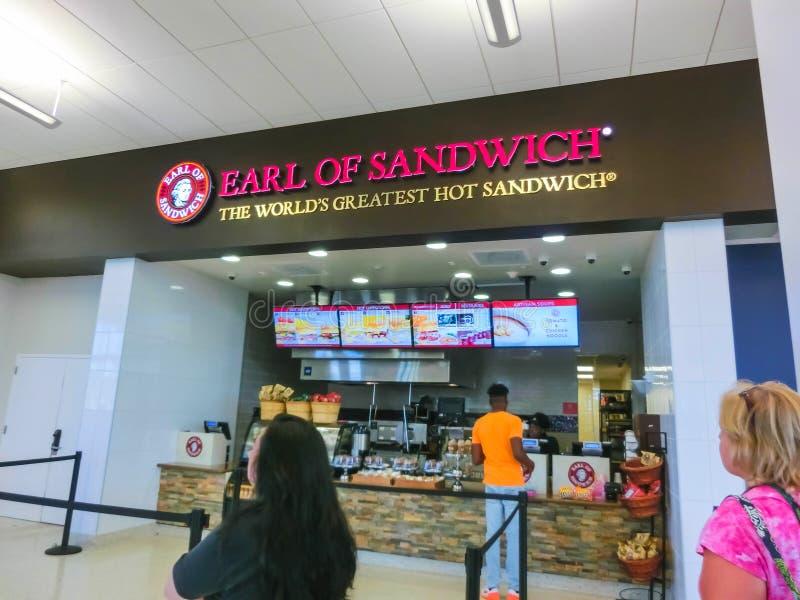 Ορλάντο, ΗΠΑ - 10 Μαΐου 2018: Οι άνθρωποι στο διάσημο καφέ γρήγορου φαγητού χάμπουργκερ ή κόμης εστιατορίων του σάντουιτς στοκ εικόνες με δικαίωμα ελεύθερης χρήσης
