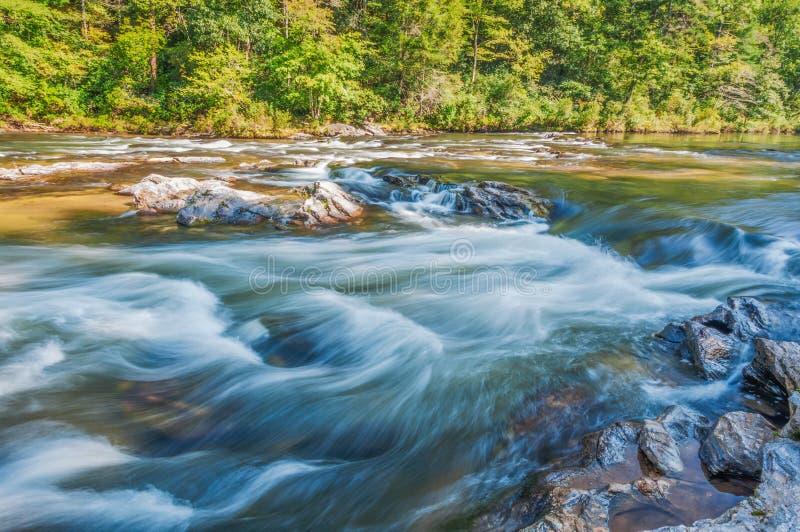Ορμητικά σημεία ποταμού και βράχοι, στον ποταμό Chattooga στοκ εικόνα