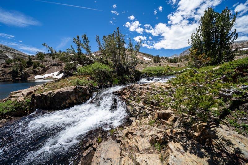 Ορμώντας κολπίσκος και μικρός καταρράκτης κατά μήκος του ίχνους βρόχων λεκανών 20 λιμνών σε Καλιφόρνια στοκ φωτογραφίες
