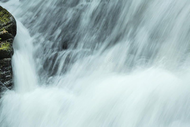 Ορμώντας νερό μέσα στις πτώσεις ξυλουργών ` s σε Granby, Κοννέκτικατ στοκ φωτογραφίες