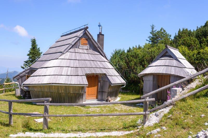 Οροπέδιο planina Velika, Σλοβενία, ορεινό χωριό στις Άλπεις, ξύλινα σπίτια στο παραδοσιακό ύφος, δημοφιλής πεζοπορία στοκ εικόνες
