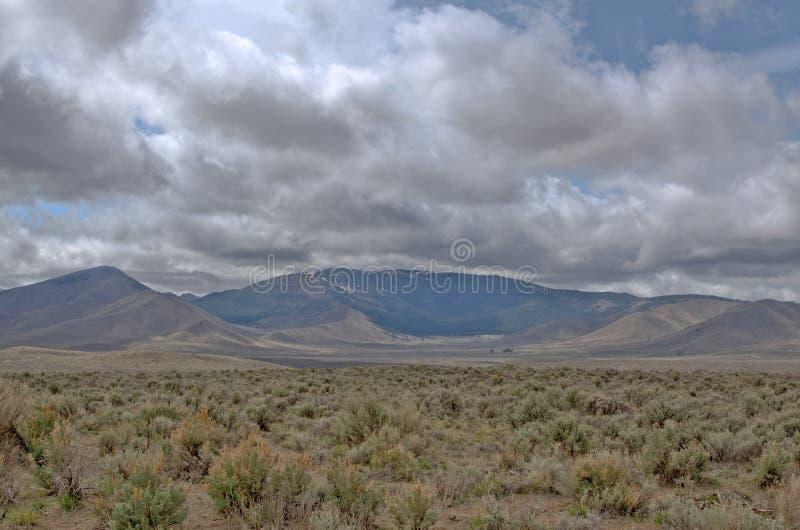Οροσειρά σειρά Neveda από τη μεγάλη λεκάνη κοντά στο ασβέστιο Doyle στοκ φωτογραφία με δικαίωμα ελεύθερης χρήσης