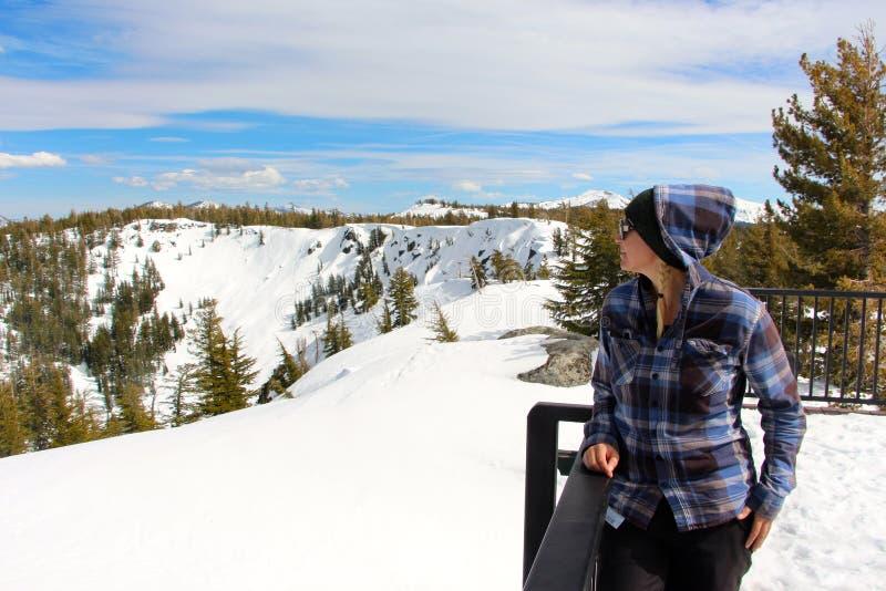 Οροσειρά στο άρρωστο κοίταγμα πίσω χωρών Tahoe προς τη λίμνη Tahoe Καλιφόρνια στοκ εικόνα με δικαίωμα ελεύθερης χρήσης